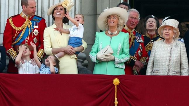 Децата на Уилям и Кейт помахаха на хеликоптерите в чест на кралицата (Снимки)