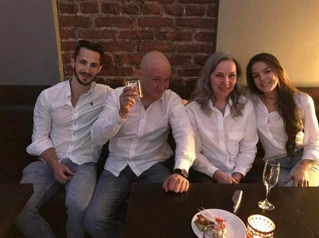отлява надясно: Наум, баща му Христо Шопов, майка му Мариана Станишева и приятелката му Теа Минкова, снимка: Instagram