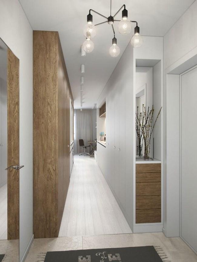 Вдясно от входната врата са гардеробът, шкафове и открити рафтове