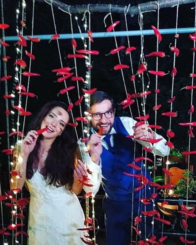 Тъй като много обичат люти чушки, ги избрали за тема на сватбата си.