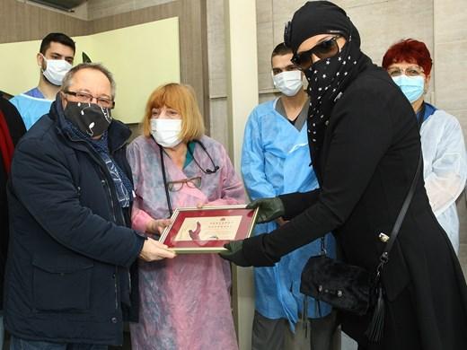 Благодарни и горди, Георги Мамалев и Аня Пенчева при лекарите на първа линия