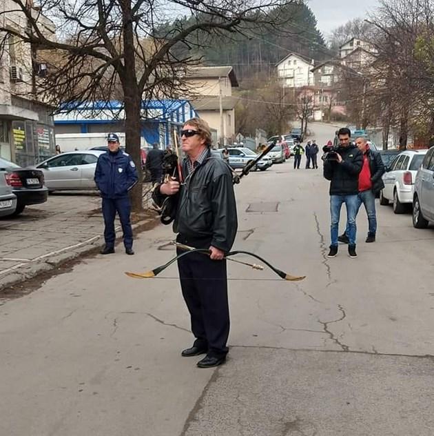С лък на протест в Перник