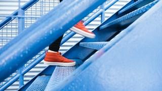 Какво прави качването и слизането по стълби за тялото
