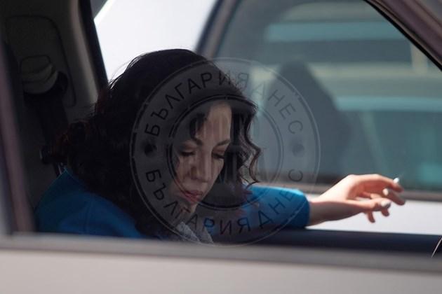 Деси Стоянова пафка през прозореца