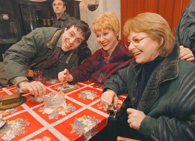 """Последната роля на Невена Коканова е в тв сериала """"Дунав мост"""". Тук е с Мария Статулова и Христо Мутафчиев."""