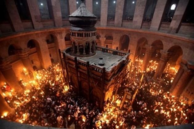 """Благодатният огън слезе в църквата """"Възкресение Христово"""" в Ерусалим"""