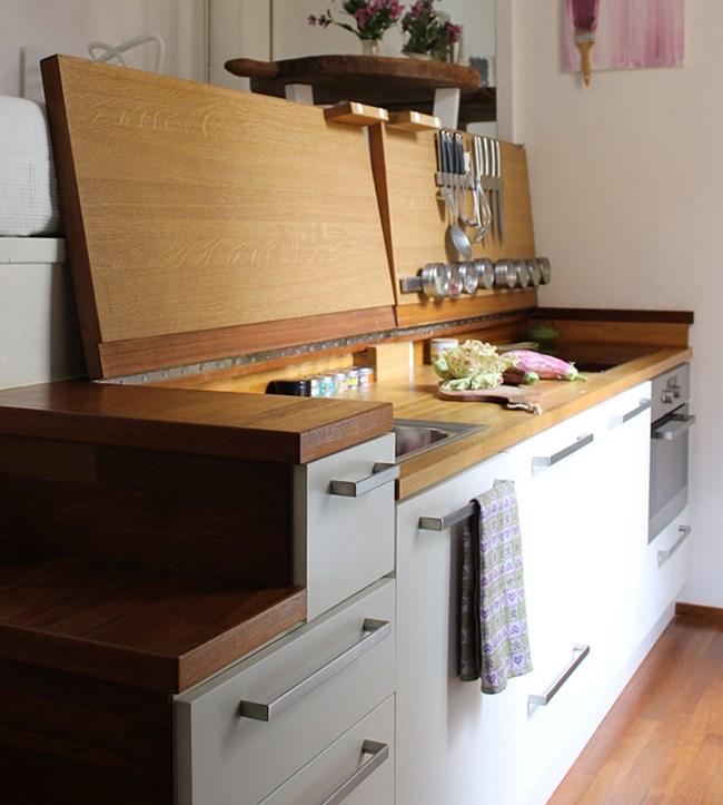 Когато кухнята е отворена, е напълно функционална. Горе вляво се вижда матракът на спалнята, а вдясно - масичката