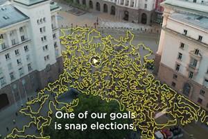 """Снимката с дрон на протестиращите, направена от """"Евронюз"""", по която с жълта линия Виктор Димчев е преброил протестиращите."""