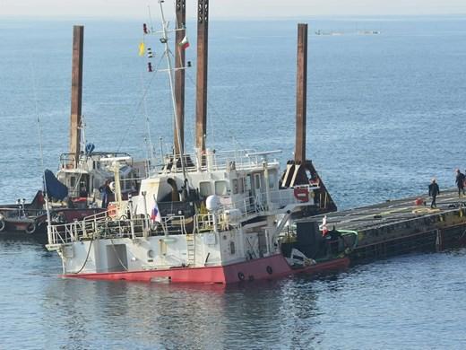 Свалиха товара от Вера Су, днес провлачват кораба до Варна