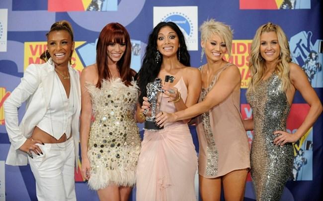Никол и колежките й от групата The Pussycat Dolls позират с наградата си за клип от MTV през 2008 г.