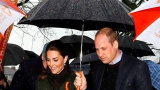 Уилям и Кейт за ръце, преди да излетят с хеликоптера си (Видео)