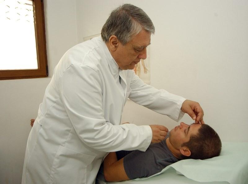 Д-р Емил Илиев по време на работа.