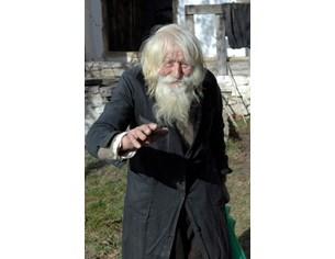 Дядо Добри залавя крадец в църквата. Догонва го по улиците в селото