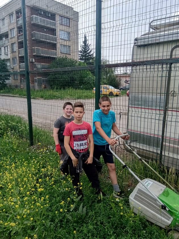 Деца изчистиха и окосиха тревата на футболно игрище