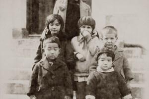 Заедно с децата на съветския посланик в Токио и техни другарчета. Русото момченце вдясно е Олег Трояновски - бъдеща голяма звезда в съветската дипломация