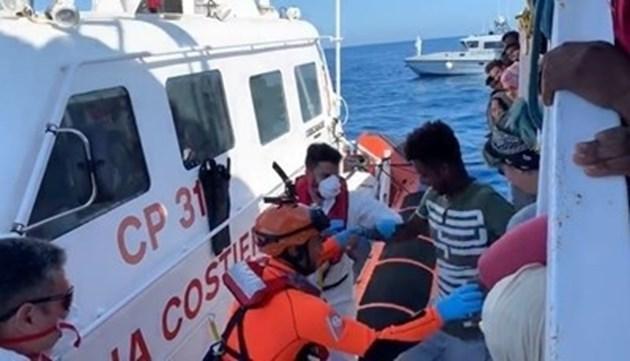 Още 10 мигранти скочиха от хуманитарния испански кораб край Лампедуза