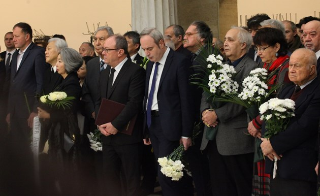 Фотогалерия - Политици и общественици се простиха с акад. Благовест Сендов