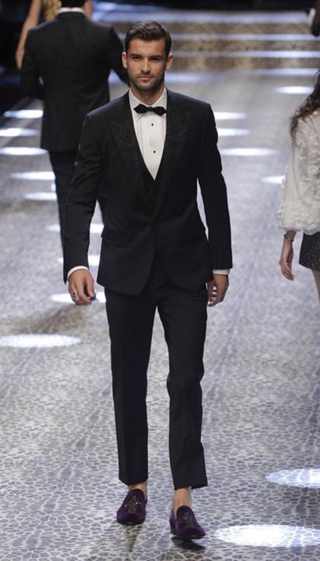 Григор Димитров с бос крак на ревюто на Долче и Габана, в което се включи като модел.