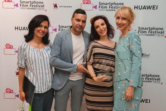 Екипът: Деница Герова (организатор), Слави Ангелов, Хара Нурин и Мила Иванова (от ляво надясно) на награждаването. СНИМКИ: ЛИЧЕН АРХИВ И ВАСИЛ НИКОЛОВ