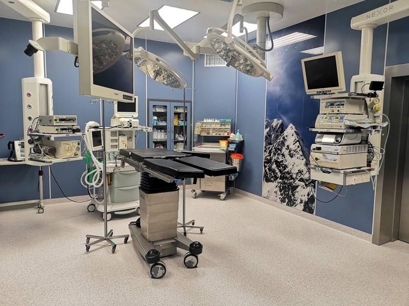 Така изглеждат новите операционни зали във ВМА. Те са така конструирани, че дават още по-големи възможности на лекарите. В дясно се вижда и панелът на връх Тодорка - символ на стремежа към нови върхове в медицината.