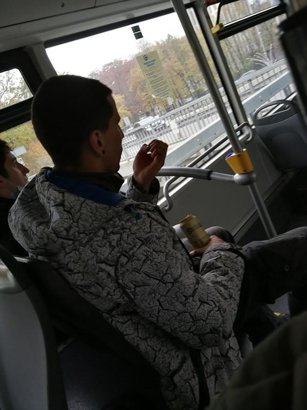 С бира в ръка и без маска в градския транспорт