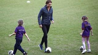 Кейт Мидълтън игра футбол (Снимки)