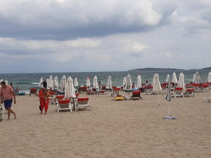 Плажовете по Южното Черноморие все още са пълни с туристи. Снимка:24 часа