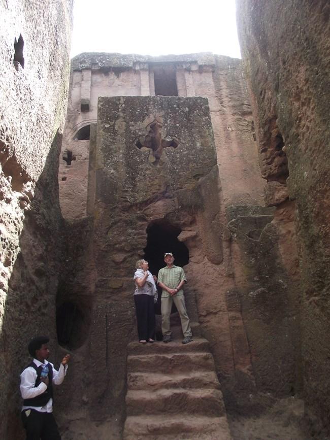 Един от многото входове към скалните църкви в Лалибела  СНИМКИ:  АВТОРЪТ