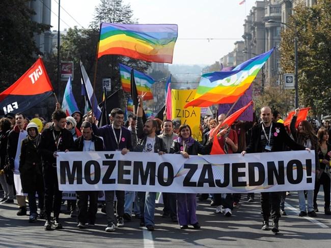 """Над 150 души бяха ранени по време на """"Белград прайд"""" през 2010 г.  На снимката: активисти държат плакат с думите """"Заедно  можем""""."""