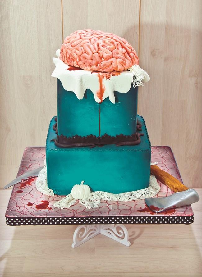 Тортите й стават толкова прочути, че в един момент тя получава по няколко поръчки за торти на седмица.