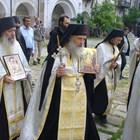 Няма да се служи в храмовете, но остават отворени, договориха се синодът и щабът