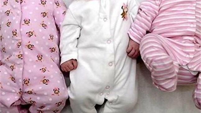 След девет опита инвитро, жена роди тризнаци