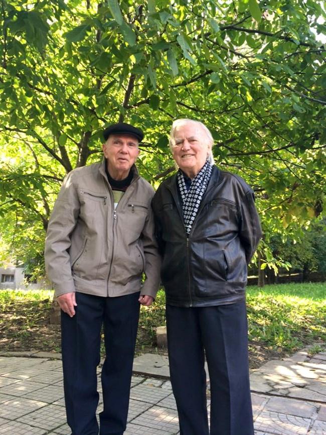 Евтим Евтимов и Тончо Русев на обичайната си разходка през 2015 г.  СНИМКА: ЛИЧЕН ПРОФИЛ ВЪВ ФЕЙСБУК НА ТОНЧО РУСЕВ