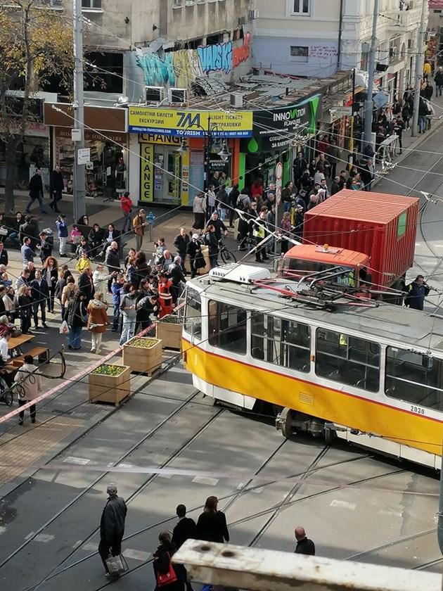 Трамвай дерейлира и помете пешеходци