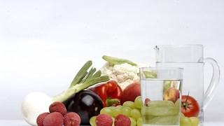 Полезно ли е да пием вода, докато ядем?