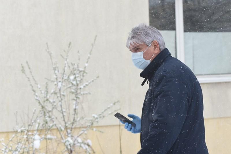 Сред тях бе и депутатът Лъчезар Иванов, който в петък разкри, че сестра му, която е лекарка, е заразена с коронавирус.