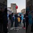 Деца пеят под прозореца на треньор с ковид (видео)