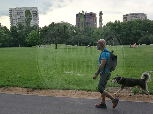 Ултрамаратонец изтощиприятел в парка