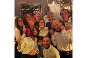 """Джордж Клуни с персонала на ресторанта """"Гатто неро"""" на езерото Комо"""