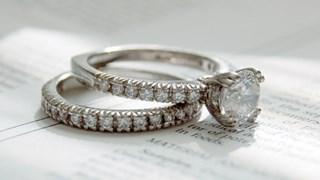 Защо се предлага брак с диамантен пръстен?