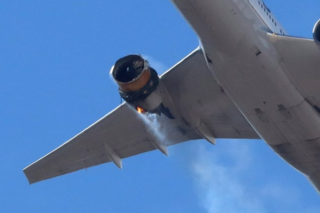 Отломки от повреден самолет паднаха над Денвър (Снимки и видео)