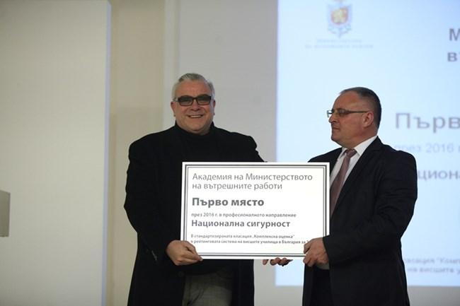 Актьорът Владимир Пенев (вляво) награди академията на МВР в лицето на ректора й доц. Неделчо Стойчев.