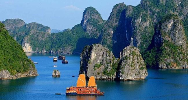 Заливът Халонг във Виетнам е признат от ЮНЕСКО за световно историческо наследство.