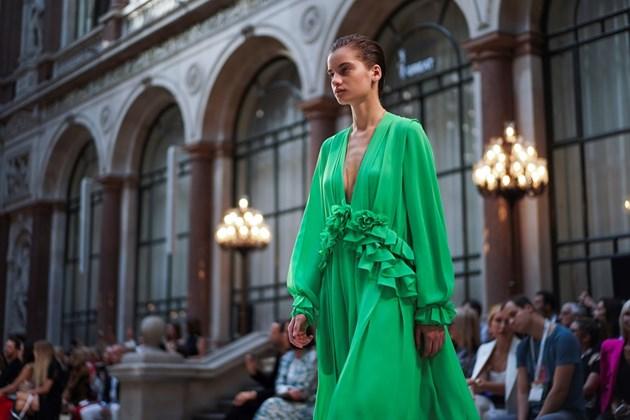 Вижте модели от колекцията на Виктория Бекъм, представена в Лондон (Снимки)