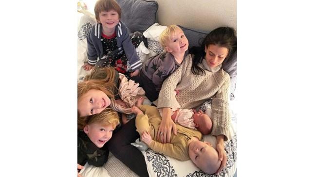 Шестото дете на Хилария и Алек Болдуин е от сурогатна майка