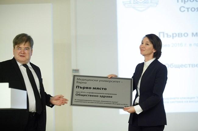 Борисла Зюмбюлев награди варненския медицински университет. На церемонията дойде доц. Клара Докова.