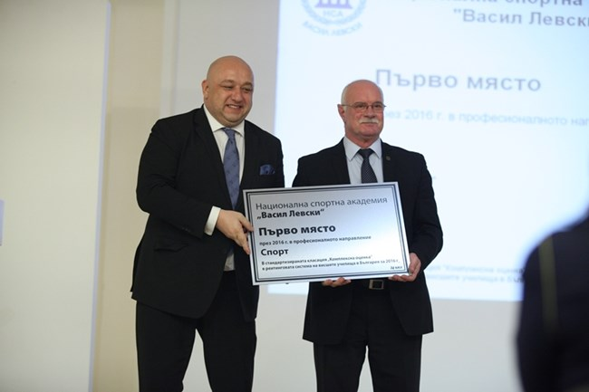 Ректорът на НСА проф. Пенчо Гешев получи наградата си от министъра на спорта Красен Кралев.