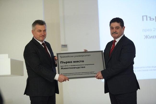 Пламен Ялъмов, председател на ИК на Алианц България (вляво) връчи наградата на доц. Димитър Панайотов, декан на аграрния факултет на Тракийския университет