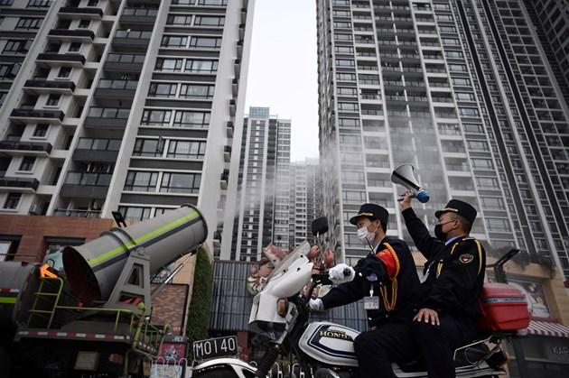 Китайската армия изпраща още 2600 медицински специалисти в Ухан