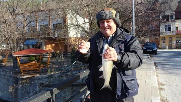 Рибар е уловил едър скобар от Струма / Снимки: Авторът